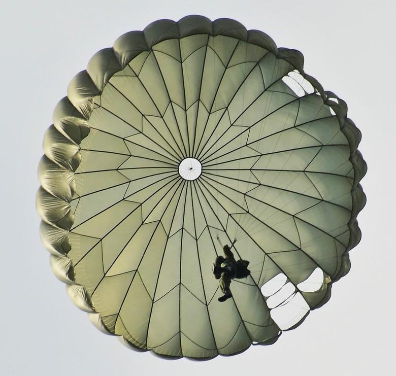 (Val)Scherm in scherm - Oude koepel parachute met de openingen onderin.