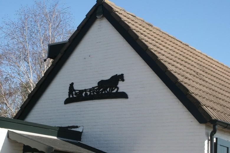 IMG_1559 De boer, hij ploegde voort.. - Mooie gevel, mooie versiering op een mooi wit huis. Blauwe lucht erachter met de witte berk.