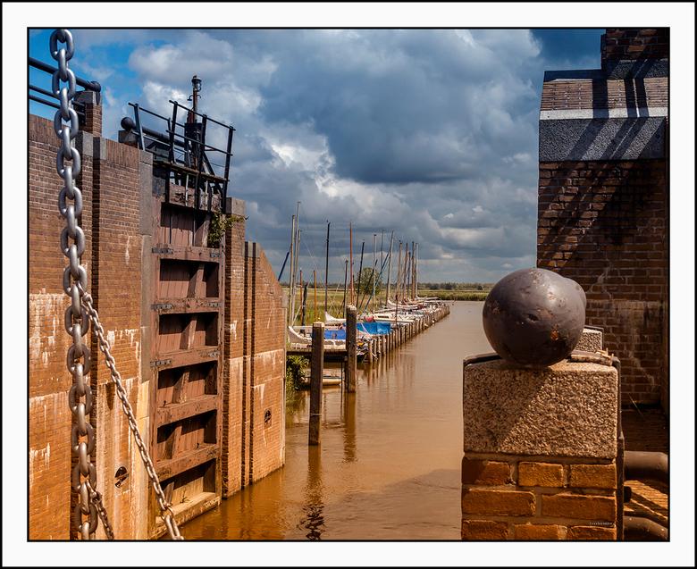 doorkijkje - bij de bijna 120 jaar oude  Ezumazijl sluis bij Anjum in Friesland