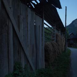 Schuur en hooirek in Sloveens dorp