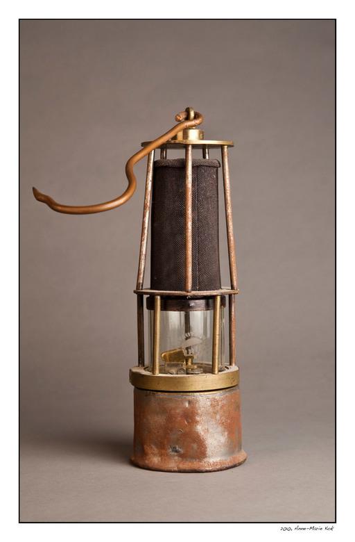Grote collectie - Mijn schoonvader heeft een grote collectie oude mijnwerkerslampjes, waarvan dit er 1 is. Hij wil ze verkopen en vroeg mij om ze te f