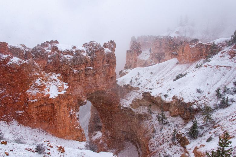 Bryce Natural Bridge - Deze boog van ruim 25 m. breed is ontstaan door verschillende weersomstandigheden. <br /> Deze foto is gemaakt 1 dag na een da