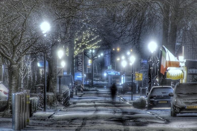 Avondje sneeuw in de winkelstraat -