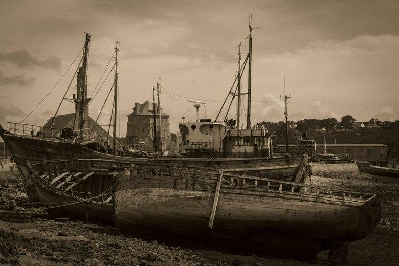 Oude haven - De scheepswrakken van Camaret-sur-Mer.<br /> Foto in Lightroom bewerkt naar gesplitste tinten, wat extra korrel toegevoegd en vignetten.