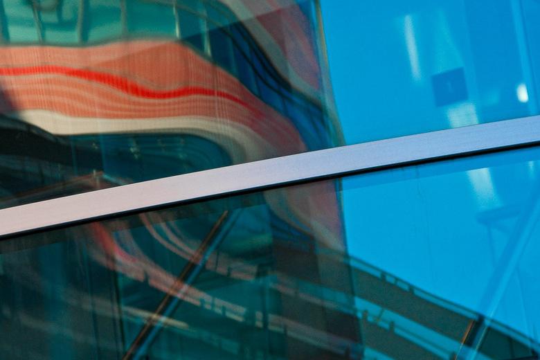 Rotterdam 11 - Spiegeling in de Maastoren.
