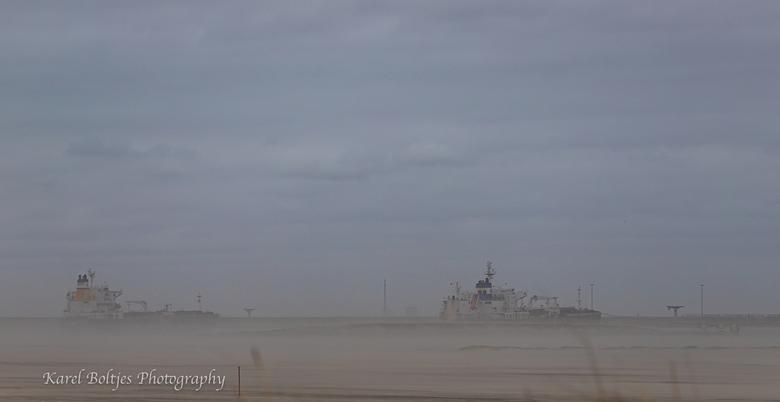 Zandverstuiving op de Maasvlakte - Tijdens de storm Ciara werd er weer eens een groot hoeveelheid zand verplaatst, hierdoor een (mooi) mistig effect o