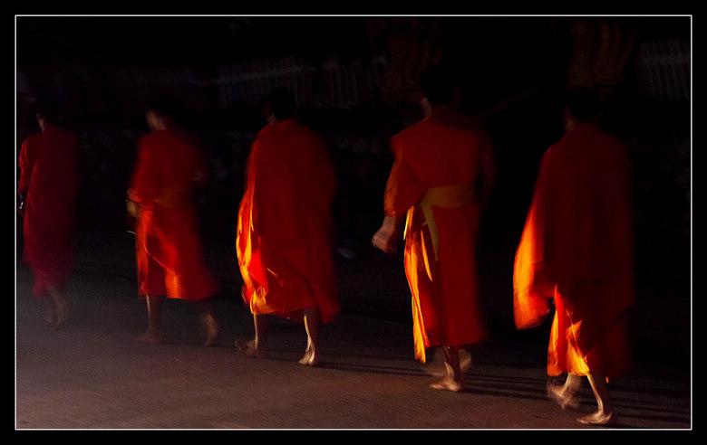 LAOS  bedelonniken in devroege  ochtend - Luang Prabang<br /> In de ochtend gaan de monniken blootsvoets op stap om voedsel te bedelen.