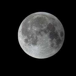 Maan om 3.51 uur, nog niets aan de hand