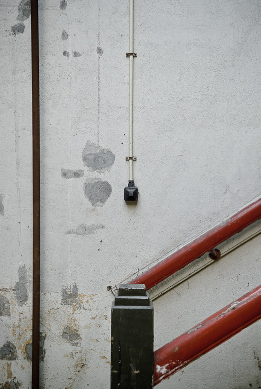 Detail van trap in verlaten oude fabriek - Detail van trap in verlaten oude fabriek