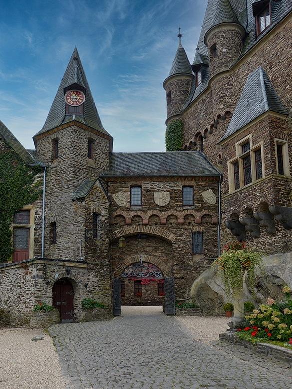 kasteel Reichsburg. - Ingang naar binnenplaats van kasteel Reichsburg.<br /> Kasteel Reichsburg in Cochem Duitsland is zeer beeldbepalende rijks burc