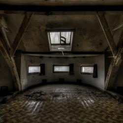 zolder in Belgische verlaten, grotendeels gebarricadeerde villa