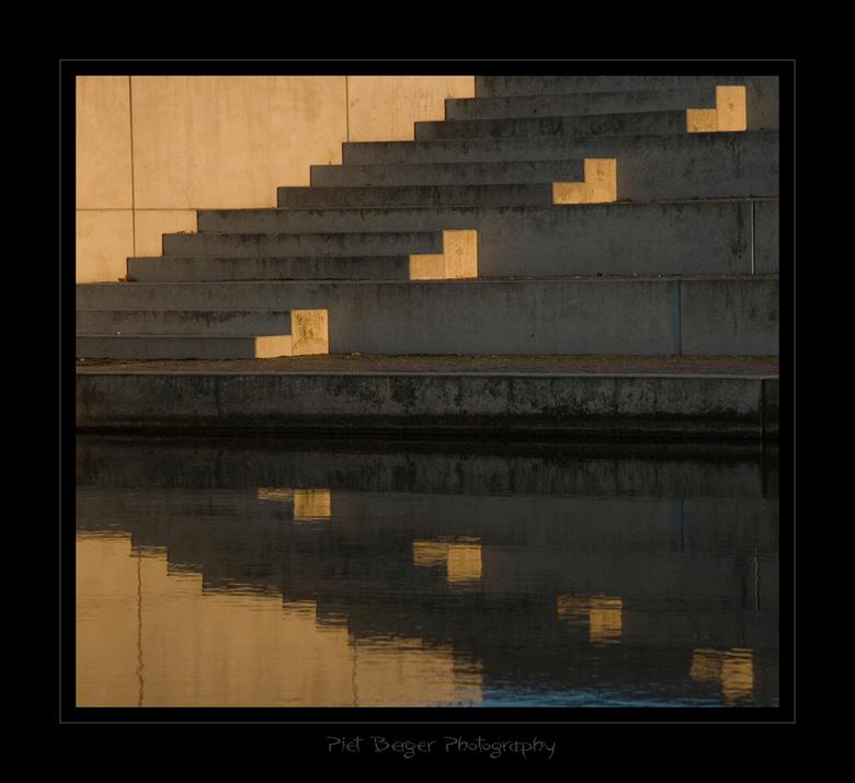 Trappen naar? - Ik zag deze mooie weerspiegeling van de trappen, en meteen ging mn gedachte weer eens op de zoek naar een verhaal.<br /> <br /> Eens