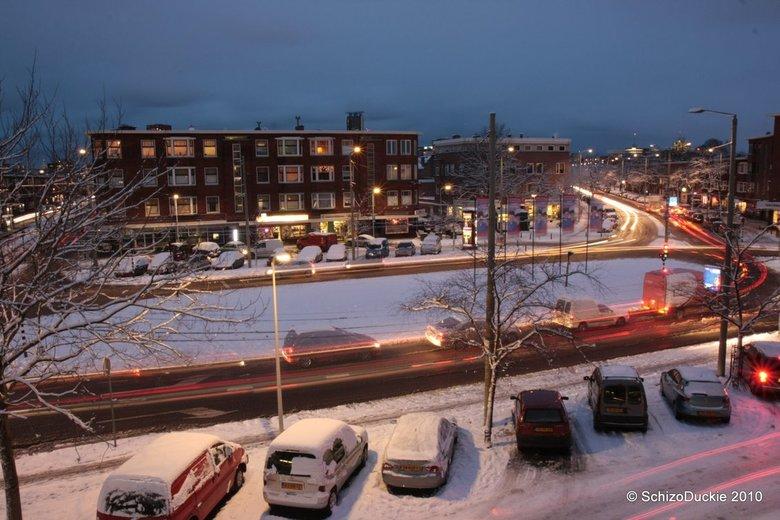 Lorentzplein in de Sneeuw - Net even m&#039;n raam wagenwijd opengezet (brr) om deze lnog exposure t emaken van het lorentzplein in de sneeuw <img  sr