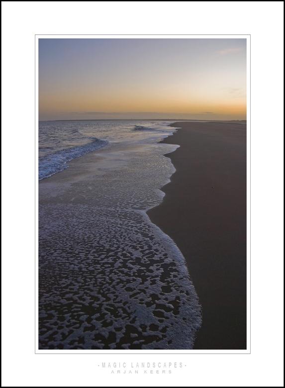 renesse 3 - Heel wat foto`s van de vloedlijn gemaakt. was een prachtig gezicht,de golven die de mooiste patronen maakten. wel een paar natte voeten op