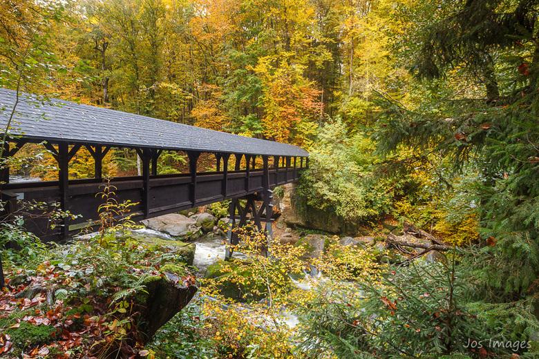 Droge voeten II - En hier wat meer van brug en dan op gelijke hoogte.<br /> Fijne zondag!<br /> Jos
