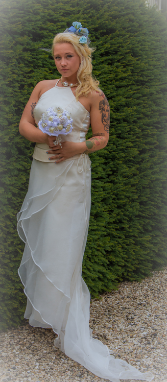 Bride in the white wedding dress - Hier de mooie Mandy in de bruidsjurk