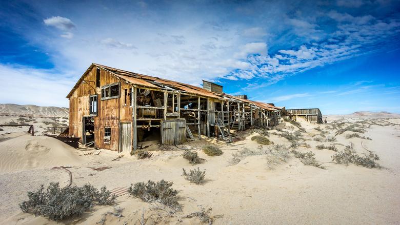 Verlaten diamantmijn - Eén van de vele overblijfselen van diamantmijnbouw bij het verlaten spookstadje Kolmanskop, in de Namibische woestijn.