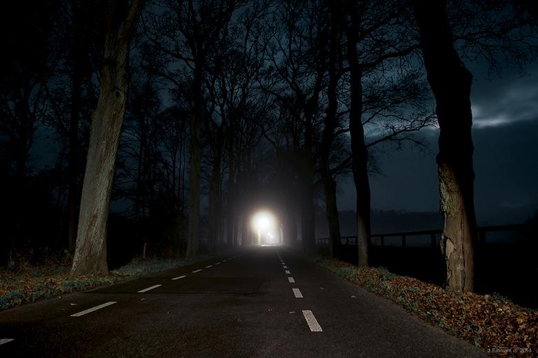 Streetlights - Rond 6 uur in de ochtend op de Veluwe, lichte grondmist een laan en straatverlichting. Voilà !