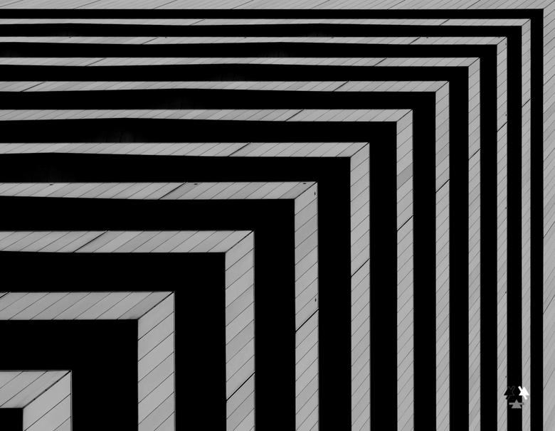 """perpendiculair - niet te lang naar staren; dan word je duizelig...<br /> <br /> hoekje van een kantoorgebouw <img  src=""""/images/smileys/wilt.png""""/>"""