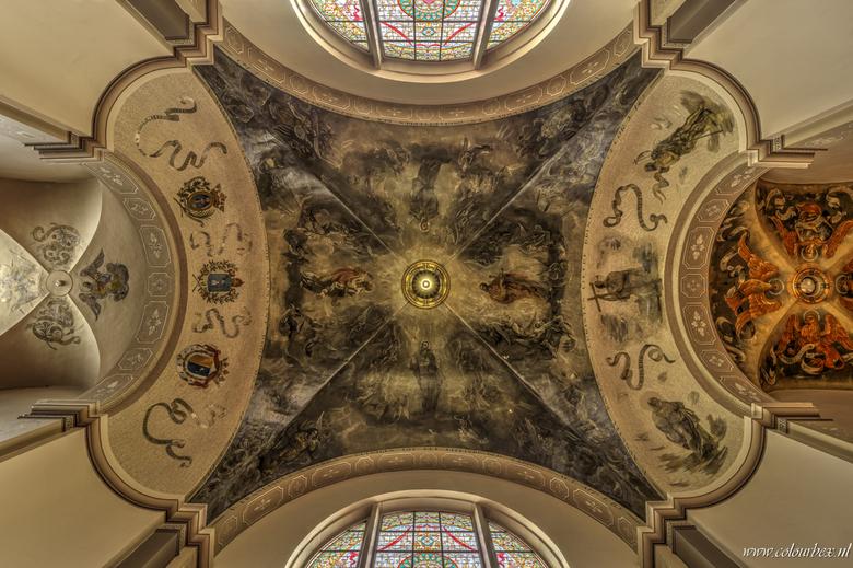 omhoog kijkertje - Het prachtige plafond van een nederlandse kerk.