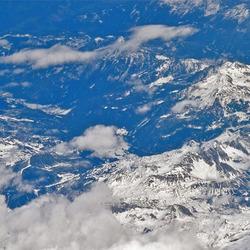 Hoog in de lucht boven de Alpen