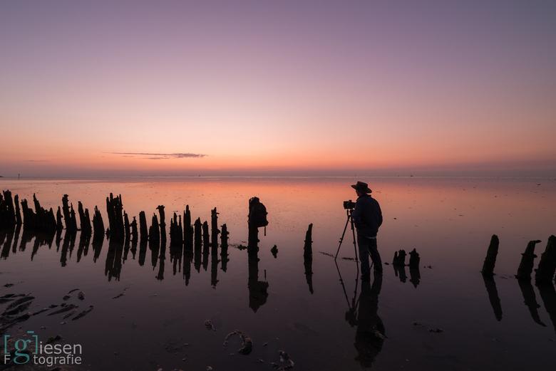 Sunset op Moddergat - Collega fotograaf in zijn element..