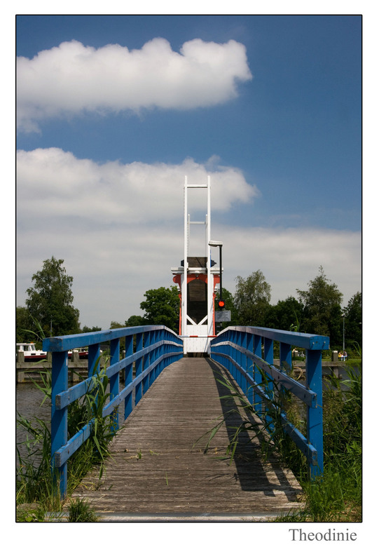 Opklap brug - De Kromme Mijdrecht is een schilderachtig veenriviertjemet een leuk opklapbruggetje die open stond.