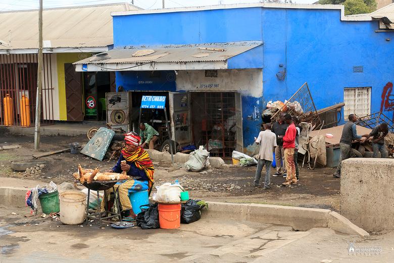 Tanzania - Een klein afrikaans winkeltje/restaurantje aan de straat van Arusha (Tanzania) waar maiskolven wordt geroosterd en verkocht. Ik weet niet o