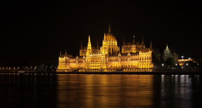 Parlementsgebouw Budapest - Het bekende parlemenstgebouw in Budapest. 's nachts wordt het gebouw behoorlijk verlicht. Hierdoor hoefde ik niet een
