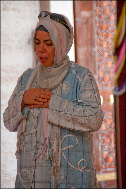 Istanbul 2012-09 - Deze dame was zo geconcentreerd bezig met haar gebed, dat ze niet eens in de gaten had dat ik snel voor haar stond om haar vast te