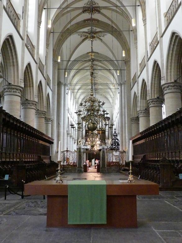 Grote kerk Dordrecht - De Grote - of Onze Lieve-Vrouwekerk is een kruisbasiliek en heeft de status van Rijksmonument. Het gebouw dateert in zijn huidi