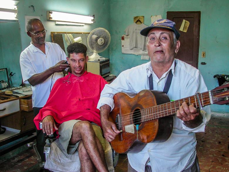 Kapper in havanna, cuba. - Je haar laten knippen met gitaarmuziek, wat een heerlijk sfeertje.