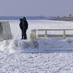 Bij het monument op op de Afsluitdijk(2)