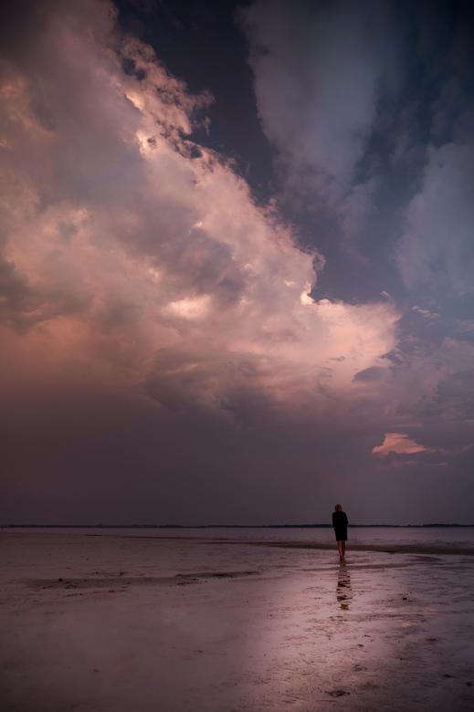 Storm is coming - Aan de andere kant ging de zon onder. De laatste zonnestralen schenen nog mooi op de dreigende aanstormende wolken.