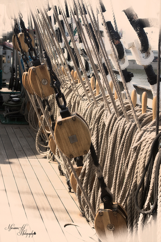 Aan boord van de Kruzenstern - Touwen en kartrollen...wat een imposant schip..<br /> Vond het super om er een kijkje op te nemen..