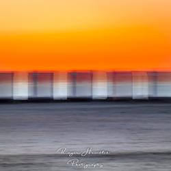 Transparante strandcabines in de avondzon.