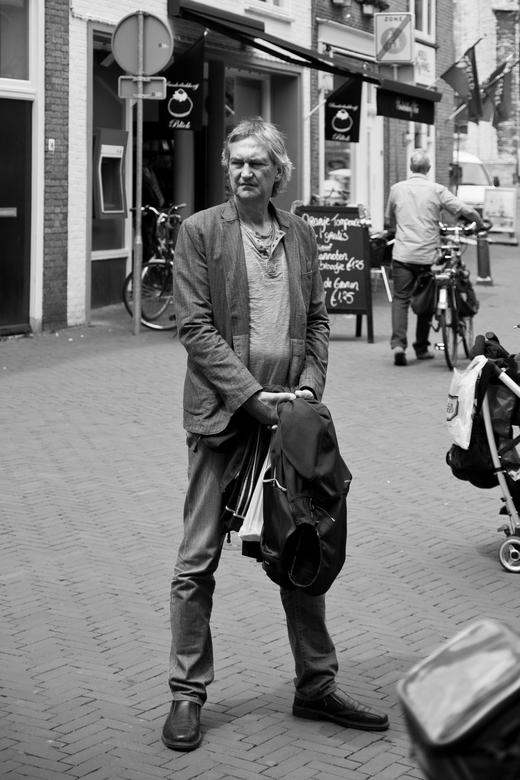 Wachten - In een van de winkelstraten in Middelburg.