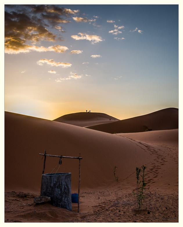 Woestijn ontwaken - De avond na de zandstorm nog heerlijk geslapen in het berberkamp, en de zonsopkomst de volgende ochtend maakte het gemis van de on