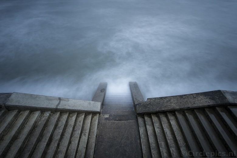 Stairway to Nowhere - Een stormachtige dag aan de Engelse Noordzeekust, ideaal om wat met lange sluitertijden te experimenteren. In dit geval was de s