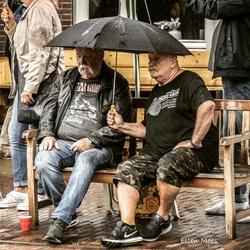 2 mannen onder een paraplu