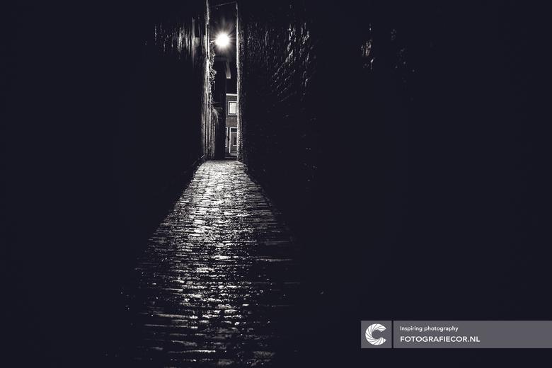 Donker steegje - Een miezerende regenwandeling door de straten van de stad Kampen heeft zo zijn charme,