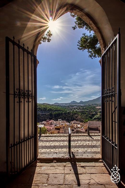 Open Gate... - Polop,<br /> Een prachtig Spaans dorpje, met fotogenieke plekjes.<br /> Dit uitzicht is van een oud kerkhof boven op een berg in het