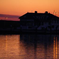 Gebouw op haven in avondlicht
