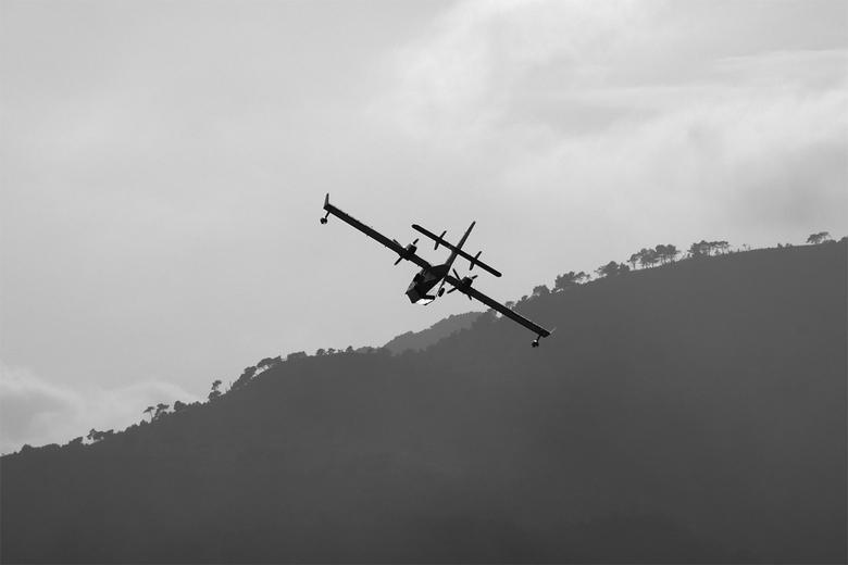 Blusvliegtuig - Op weg naar een bosbrand in de buurt van Menton.
