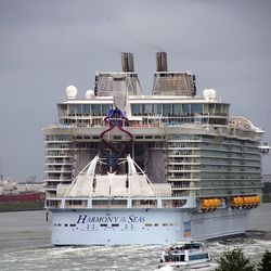 harmony of the seas  bij maassluis