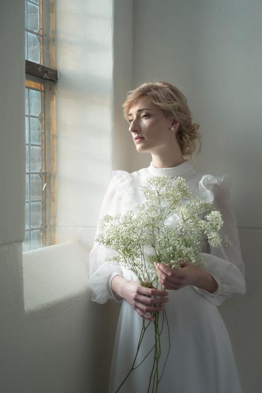 White Romance  - De kans om in een oud schoolgebouw te shooten kon ik niet laten schieten. Met model Eline een paar mooie hoekjes met natuurlijk licht