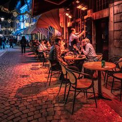 Gezellig straatje in Maastricht in de avond