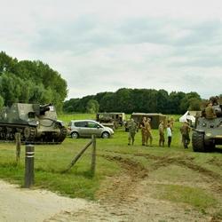 Sherman Tank en Sexton met voorkant naar de ingang.