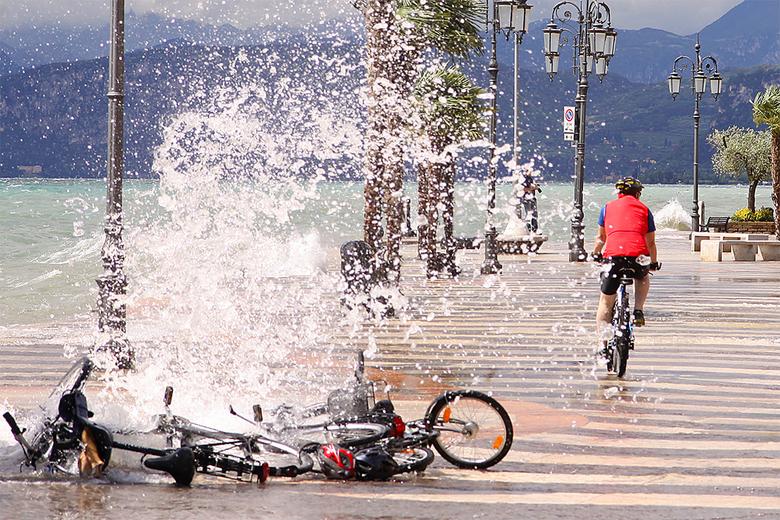 Op tijd   - Op tijd zijn fiets gepakt en weg gefietst. Anders had hij een nat pak gehad. Voor de foto misschien wel leuk geweest...<br /> <br /> Nie