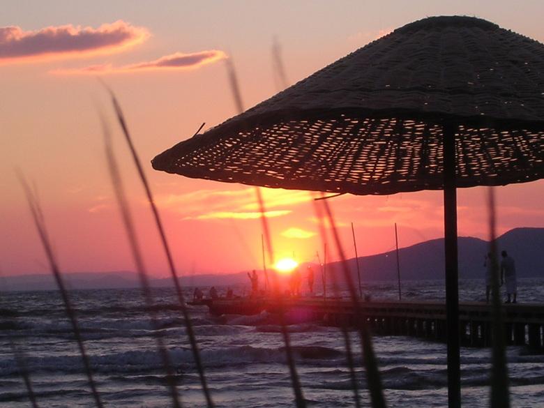 Zonsondergang - turkse vissers op de pier